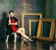豪华内部近的空的框架的秀丽富有的深色的妇女, 免版税库存照片