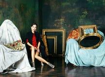 豪华内部近的空的框架的秀丽富有的深色的妇女, 免版税库存图片