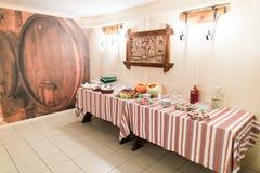 豪华农村式承办酒席桌在餐馆准备好婚姻的庆祝 免版税库存图片