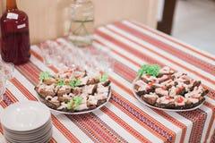 豪华农村式承办酒席桌特写镜头在餐馆准备好婚姻的庆祝 在猪肉三明治的焦点 免版税库存图片