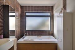 豪华别墅的现代卫生间 免版税库存照片