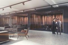 豪华办公室大厅,被定调子的黑暗的木会议室 免版税图库摄影