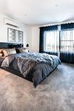 豪华卧室有在天时间的一个地毯地板视图 免版税库存图片