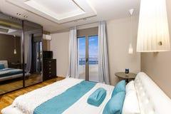 豪华卧室有美好的海视图 免版税图库摄影