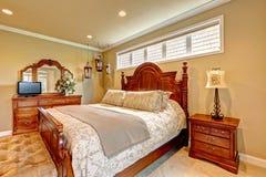 豪华卧室被雕刻的木家具集合 免版税库存照片