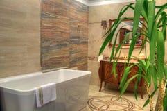 豪华卫生间在一个全新的家 免版税库存图片
