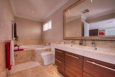 豪华卫生间在现代家 免版税库存图片