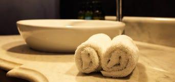 豪华卫生间水槽和白色毛巾 与细节的特写镜头视图 免版税库存照片