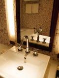 豪华卫生间水槽和轻拍 库存图片