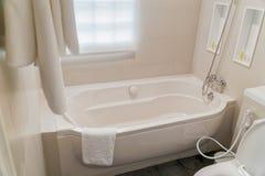 豪华卫生间的片段有浴缸细节的  库存照片