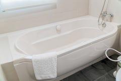 豪华卫生间的片段有浴缸细节的  免版税库存图片