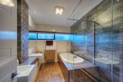 豪华卫生间在现代家 免版税库存照片