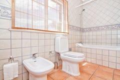 豪华卫生间毗邻了陶瓷地板。 免版税库存照片