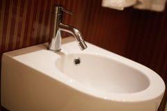 豪华卫生间特写镜头-水壁橱和净身盆 库存照片
