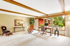 豪华原木小屋房子内部 有办公室区域的客厅 免版税图库摄影