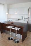 豪华厨房在一个大房子里 免版税库存图片