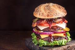 豪华双重的乳酪汉堡 免版税库存照片