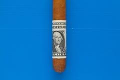 豪华古巴雪茄细节与美元的 免版税库存照片