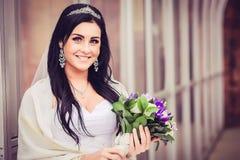 豪华和愉快的新娘在城市 免版税库存照片