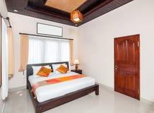 豪华和美丽的卧室旅馆 免版税图库摄影