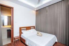 豪华和美丽的卧室热带别墅 免版税库存图片