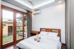 豪华和美丽的卧室热带别墅 库存图片