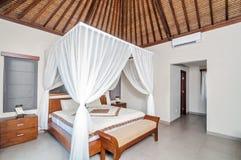 豪华和美丽的卧室热带别墅 图库摄影