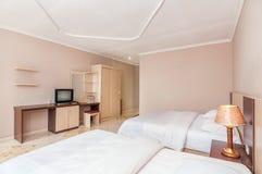 豪华和美丽的双卧室旅馆 免版税图库摄影