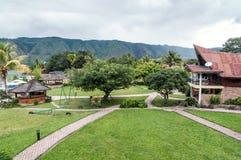 豪华和美丽的外部庭院别墅湖边平地 库存图片