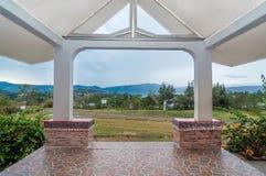 豪华和美丽的外部庭院别墅湖边平地 免版税库存照片