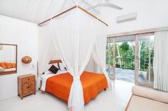 豪华和美丽的白色颜色卧室旅馆 库存照片