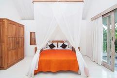 豪华和美丽的白色颜色卧室旅馆 图库摄影
