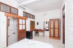 豪华和美丽的白色颜色卧室旅馆 免版税库存图片