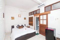 豪华和美丽的白色颜色卧室旅馆 免版税库存照片