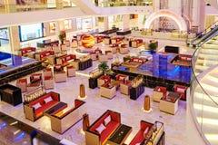 豪华咖啡店在现代旅馆大厅里 免版税库存图片