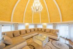豪华圆顶公寓别墅的内部,客厅,半球形的铈 免版税图库摄影