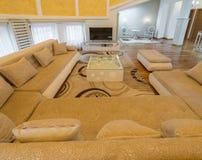 豪华圆顶公寓别墅的内部,客厅,半球形的铈 免版税库存图片