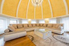 豪华圆顶公寓别墅的内部,客厅,半球形的铈 库存照片