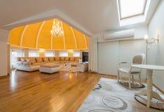豪华圆顶公寓别墅的内部,客厅,半球形的铈 库存图片