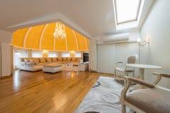 豪华圆顶公寓别墅的内部,客厅,半球形的铈 图库摄影