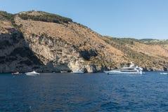 豪华在波西塔诺,褶皱藻属附近crewed在阿马尔菲海岸的马达游艇 免版税库存照片