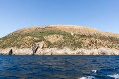 豪华在波西塔诺,褶皱藻属附近crewed在阿马尔菲海岸的马达游艇 免版税库存图片