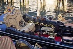 豪华在Rialto桥梁附近的长平底船等待的游人 免版税库存照片