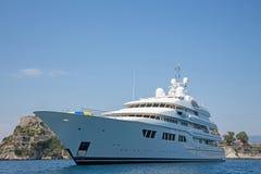 豪华大超级或兆马达游艇在蓝色海 库存图片