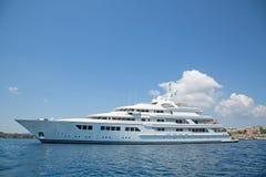 豪华大超级或兆马达游艇在蓝色海 免版税库存照片