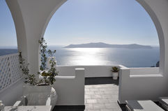 豪华大阳台有在希腊海岛santorini的海视图 免版税库存照片
