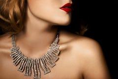 豪华妇女方式纵向有珠宝的 库存照片