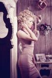 豪华妇女 年轻时兴的亭亭玉立的俏丽的妇女在卧室 免版税库存图片