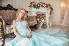 豪华婚礼礼服的时尚怀孕的白肤金发的妇女 婚姻 库存照片