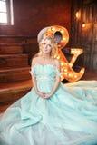 豪华婚礼礼服的时尚怀孕的白肤金发的妇女 婚姻 免版税库存照片